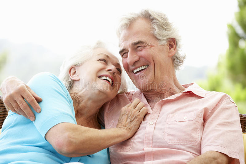 Hogere Paarzitting op Openluchtseat samen stock foto