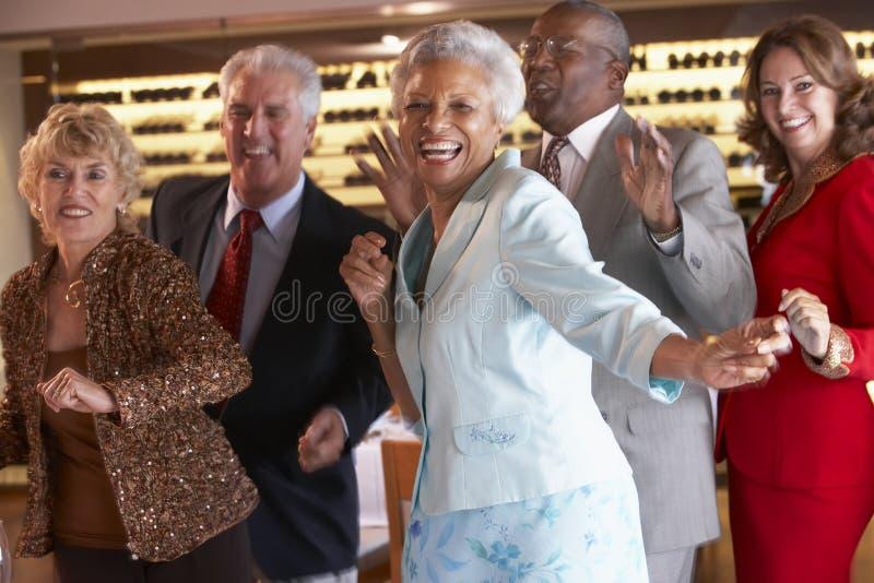 Hogere Paren die bij een Nachtclub dansen