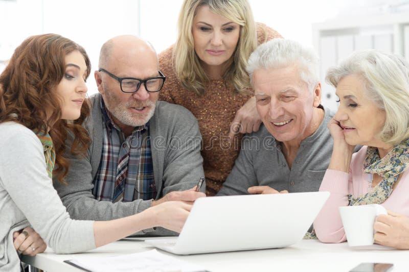 Hogere paren die laptop met behulp van royalty-vrije stock foto