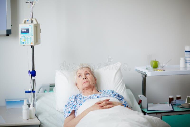 Hogere Patiënt in het Ziekenhuisbed royalty-vrije stock afbeelding