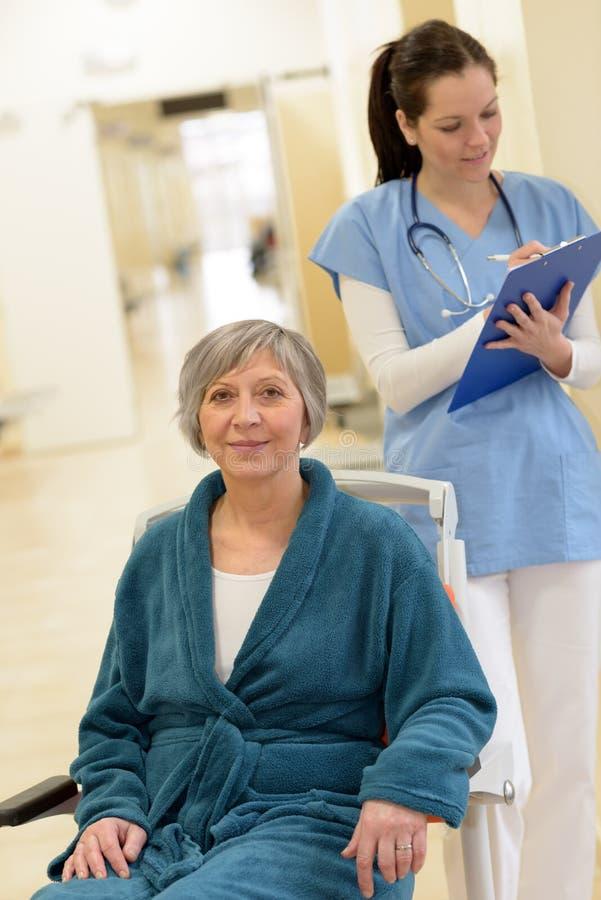Hogere patiënt in het ziekenhuisgang royalty-vrije stock fotografie