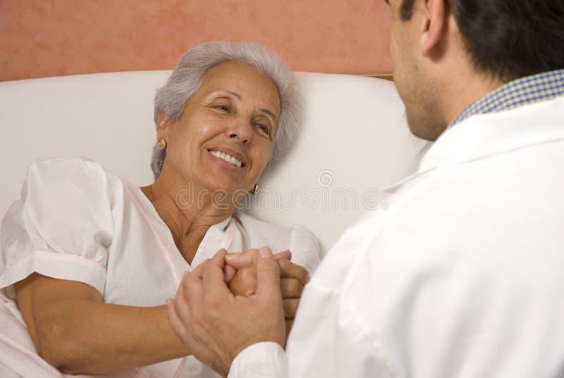 Hogere patiënt met een arts stock afbeeldingen