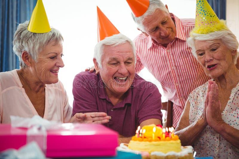 Hogere personen die verjaardag vieren stock fotografie