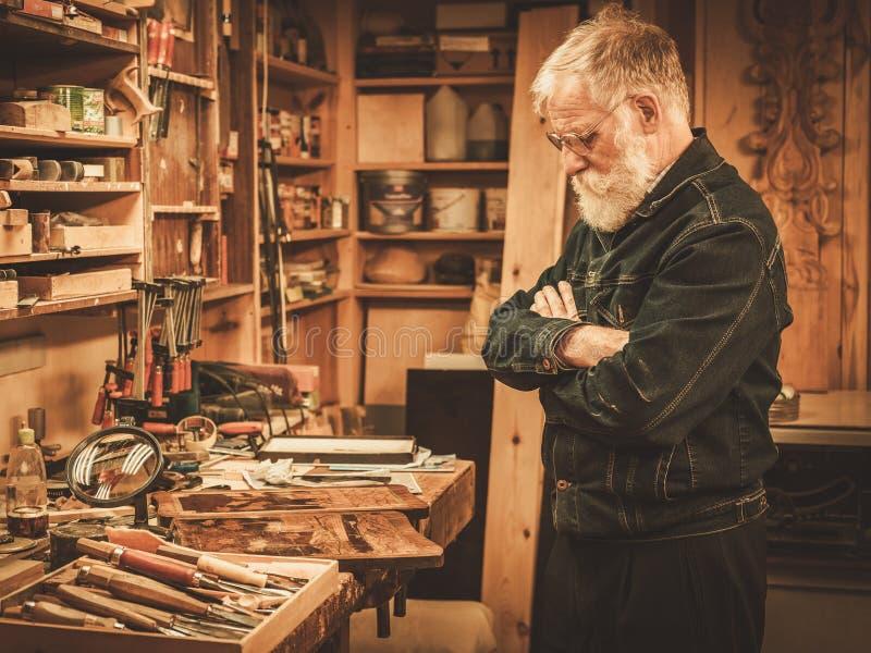 Hogere restaurateur in zijn workshop royalty-vrije stock afbeeldingen
