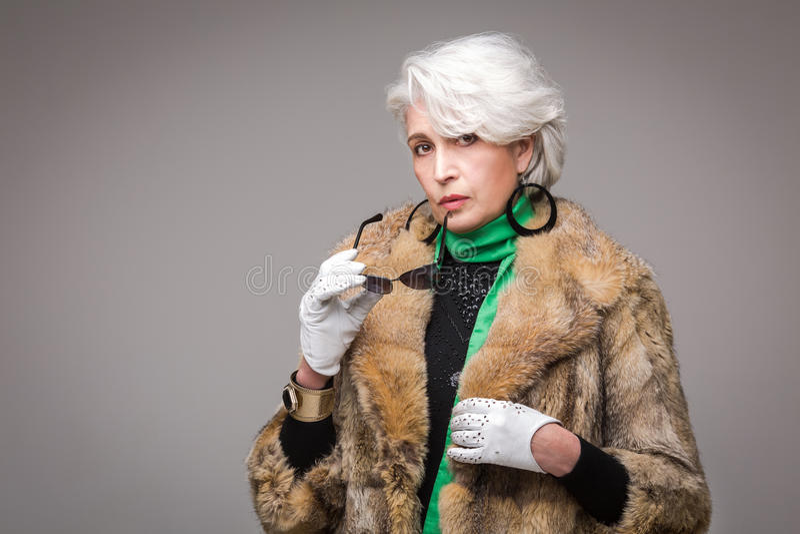 Hogere rijke vrouw stock foto's