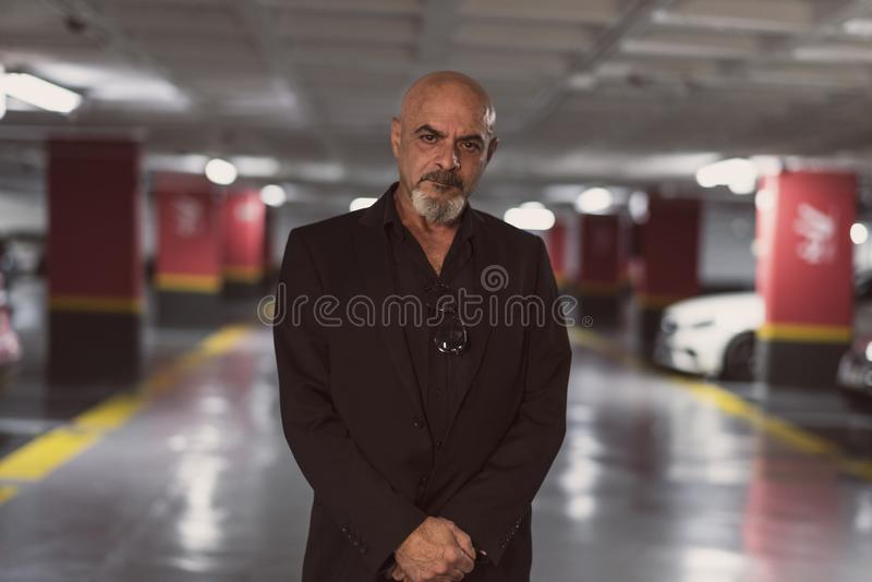 Hogere rijpe mens in parkeren royalty-vrije stock afbeeldingen