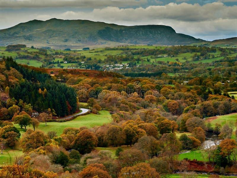 Hogere Rivier Dee Valley en Arenig Fawr in de Herfst/Daling stock afbeelding