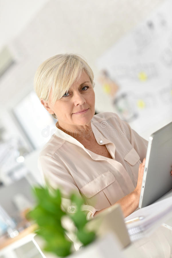 Hogere slimme onderneemster die aan laptop werken royalty-vrije stock afbeelding