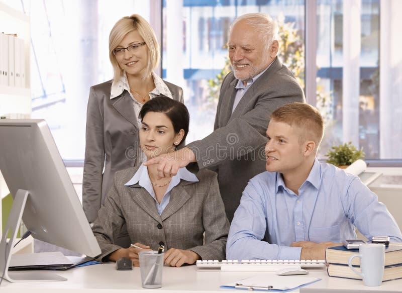 Hogere stafmedewerker die met businessteam werkt stock afbeeldingen
