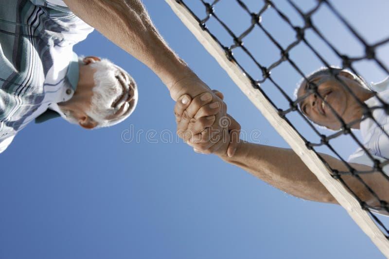 Hogere Tennisspelers die Handen schudden royalty-vrije stock foto's