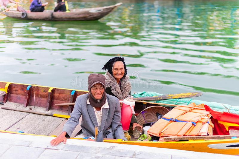 Hogere Vietnamees in boot in Thu Bon River Hoi An royalty-vrije stock foto