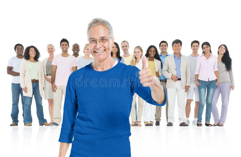Hogere volwassene die van menigte duidelijk uitkomt stock foto's