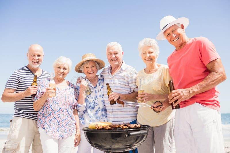 Hogere vrienden die een barbecue hebben royalty-vrije stock fotografie