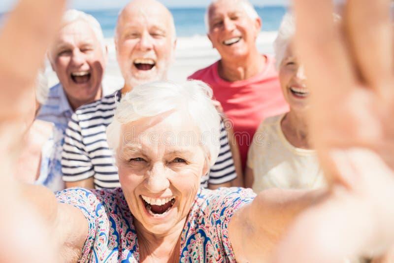 Hogere vrienden die selfie nemen stock foto