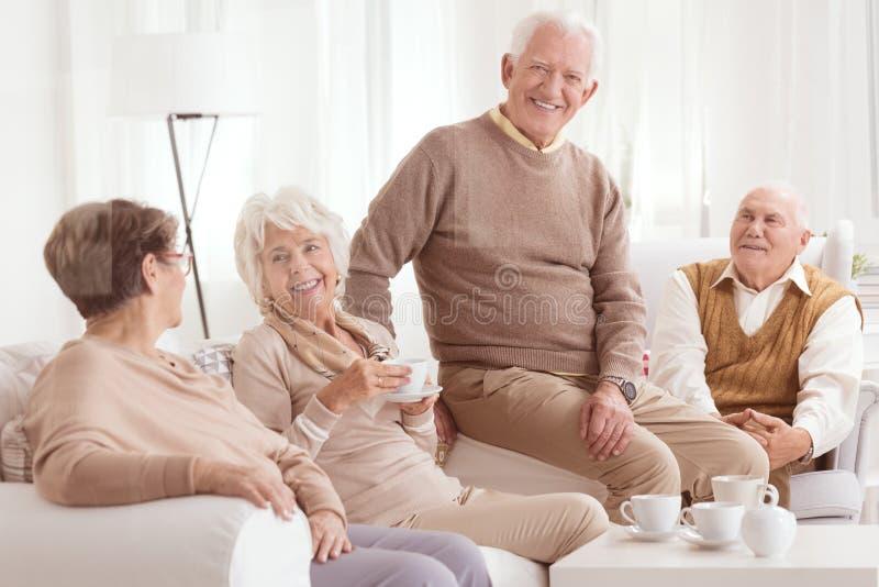 Hogere vrienden die thee drinken royalty-vrije stock foto