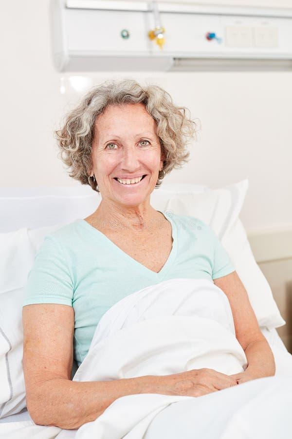 Hogere vrouw als gelukkige patiënt stock afbeeldingen