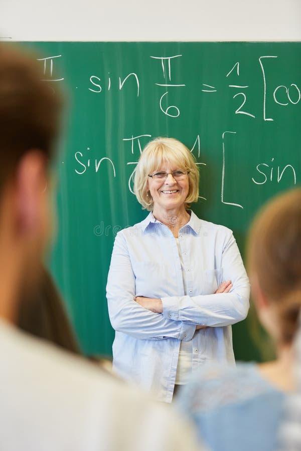 Hogere vrouw als succesvolle leraar stock afbeelding