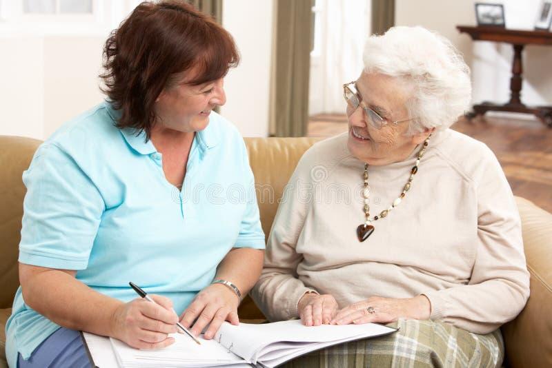 Hogere Vrouw in Bespreking met de Bezoeker van de Gezondheid royalty-vrije stock afbeelding