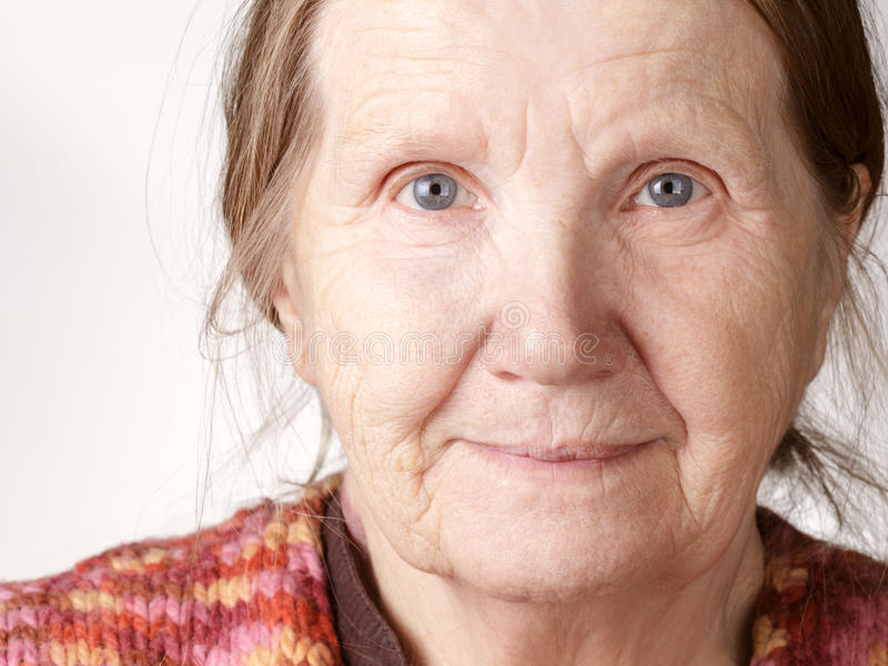 Hogere vrouw die aan camera glimlachen royalty-vrije stock foto