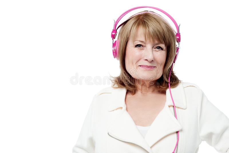 Hogere vrouw die aan muziek luistert royalty-vrije stock fotografie