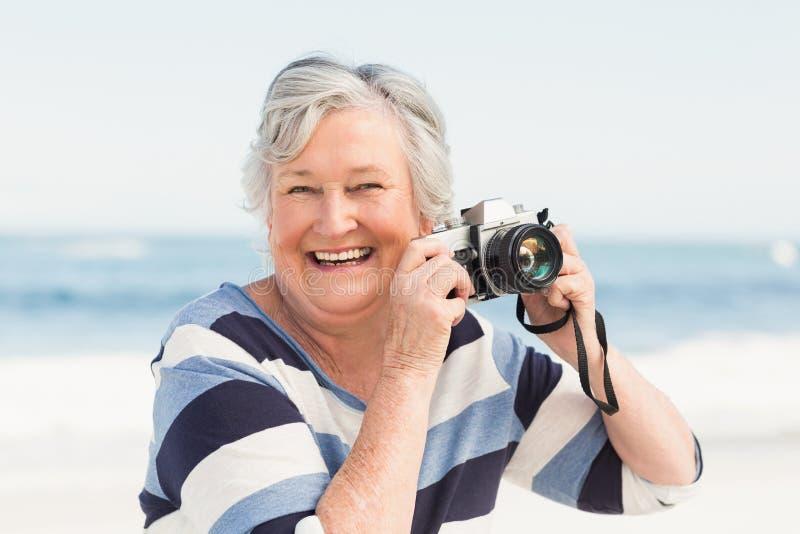 Hogere vrouw die beeld neemt stock afbeeldingen