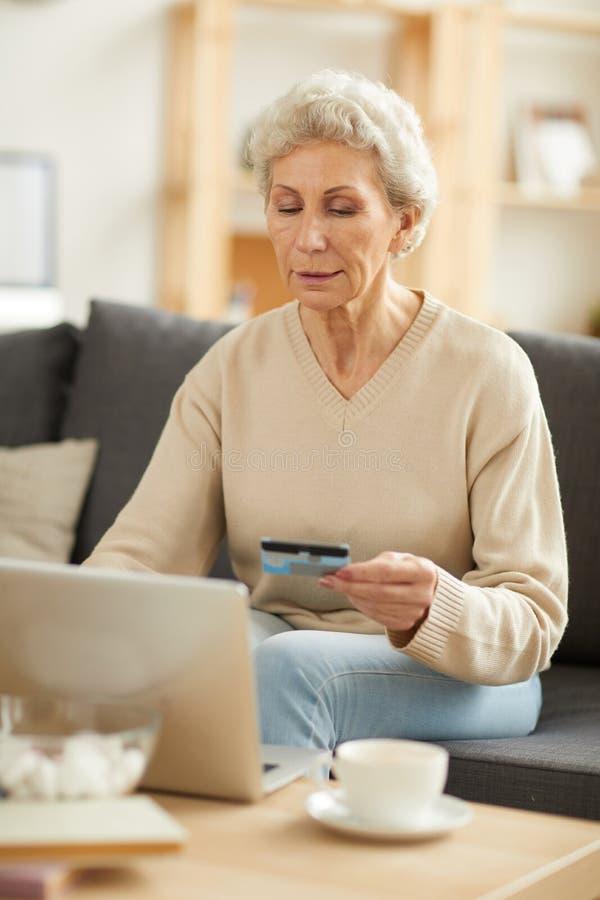 Hogere Vrouw die Belastingen betalen stock afbeelding