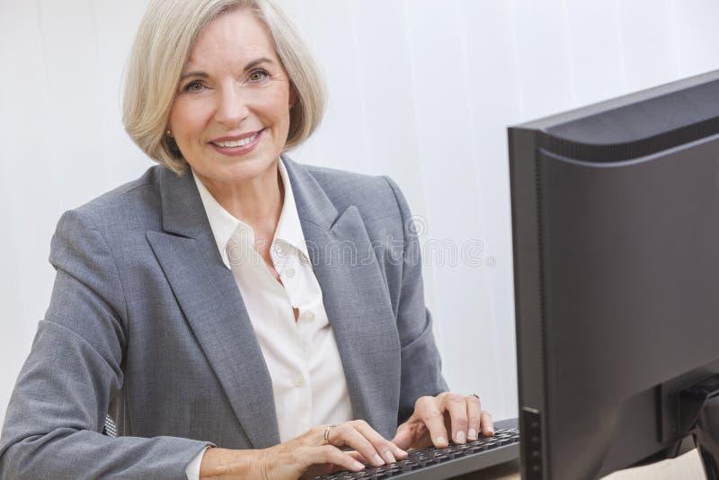 Hogere Vrouw die Computer met behulp van royalty-vrije stock afbeelding