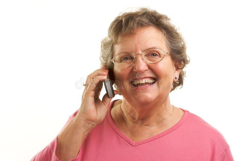 Hogere Vrouw die de Telefoon van de Cel met behulp van stock fotografie