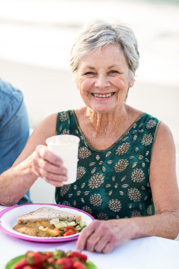 Hogere vrouw die een picknick hebben royalty-vrije stock afbeeldingen