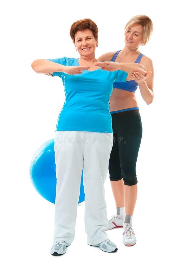 Hogere vrouw die geschiktheidsoefening doet stock fotografie