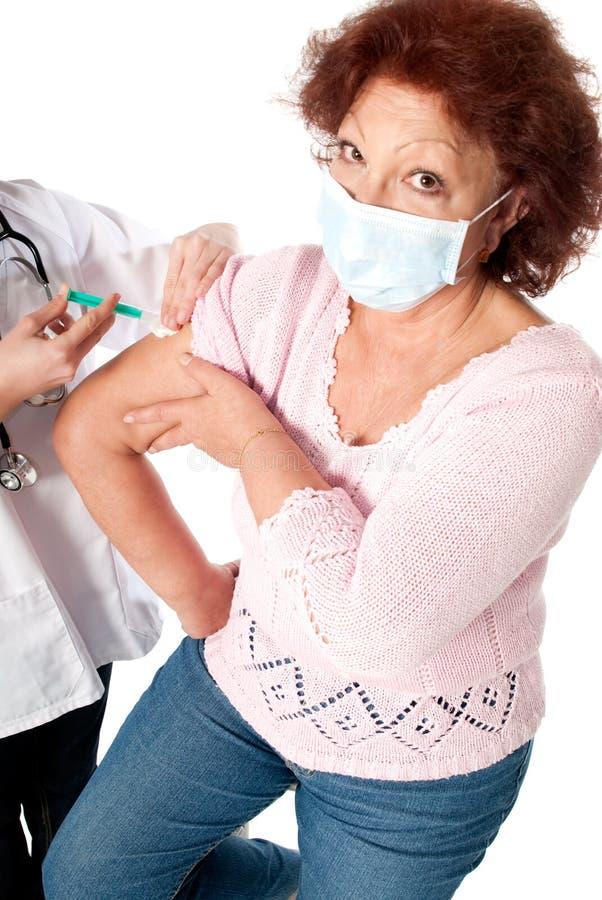 Hogere vrouw die griepvaccin krijgt royalty-vrije stock foto's