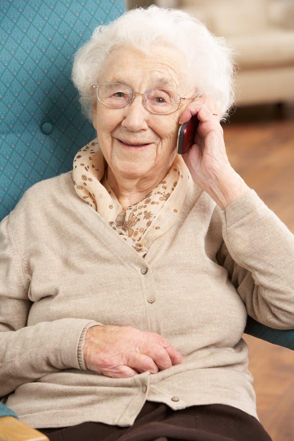 Hogere Vrouw die op Mobiele Telefoon spreekt royalty-vrije stock foto
