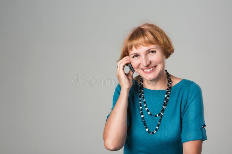Hogere Vrouw die op Mobiele Telefoon spreekt stock afbeelding