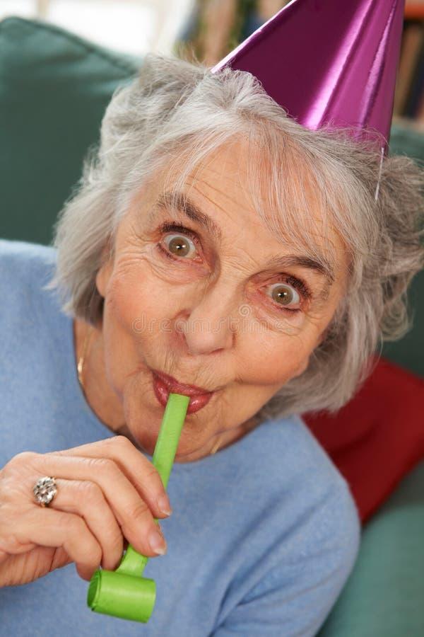 Hogere Vrouw die Partij van geen Vieringen genieten stock afbeelding