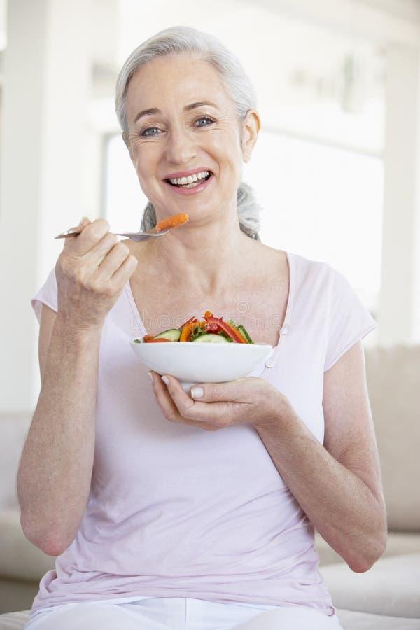 Hogere Vrouw die Salade eet royalty-vrije stock afbeelding