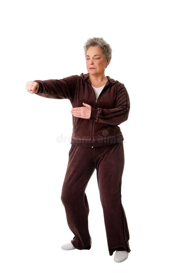 Hogere vrouw die Tai de oefening van de Yoga van de Chi doet royalty-vrije stock foto's