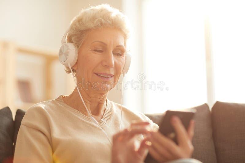 Hogere Vrouw die Technologie gebruiken royalty-vrije stock afbeelding
