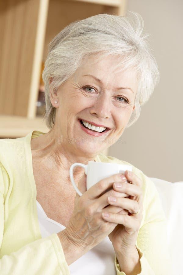 Hogere Vrouw die van Hete Drank geniet stock foto