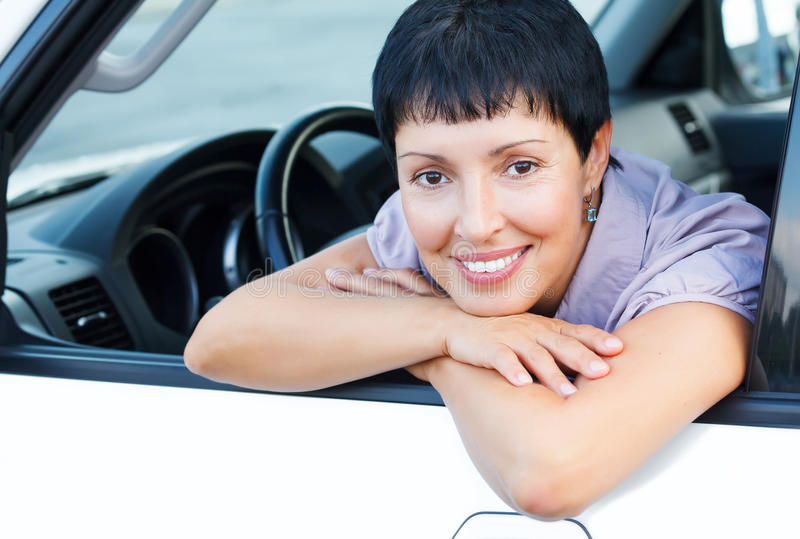 Hogere vrouw in een auto stock afbeeldingen