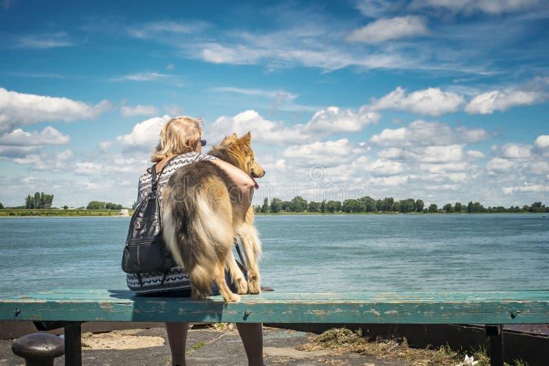 Hogere vrouw en haar hond royalty-vrije stock foto