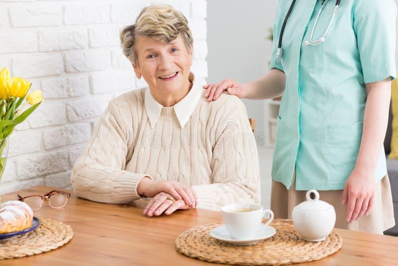 Hogere vrouw en haar verpleegster royalty-vrije stock afbeelding