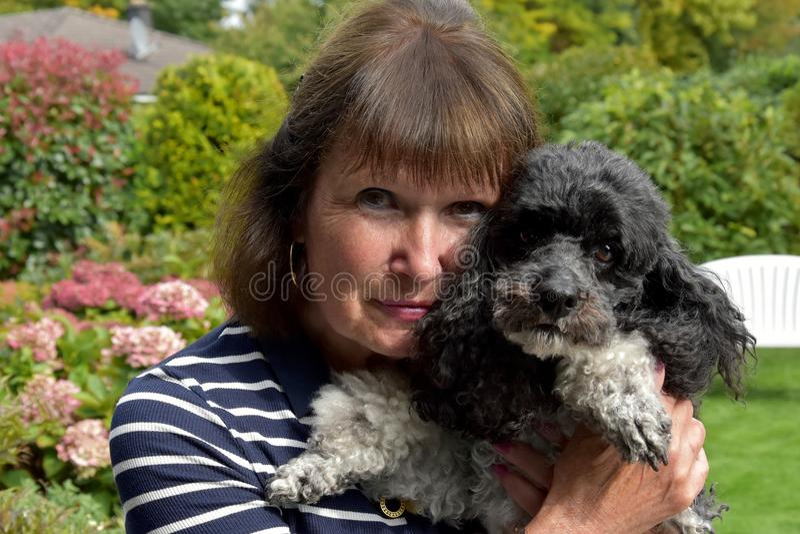 Hogere vrouw en hond stock foto's