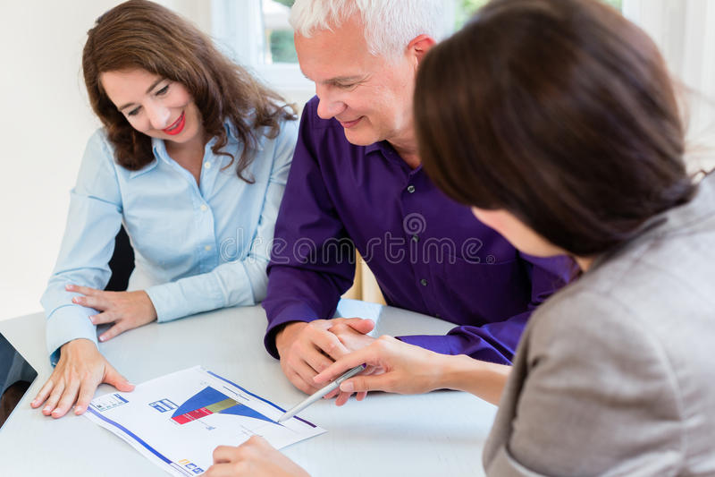 Hogere vrouw en man bij pensionering financiële planning stock afbeelding
