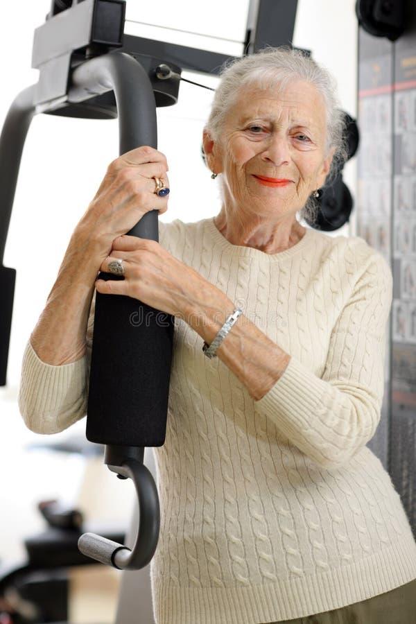 Hogere vrouw in gymnastiek stock foto's