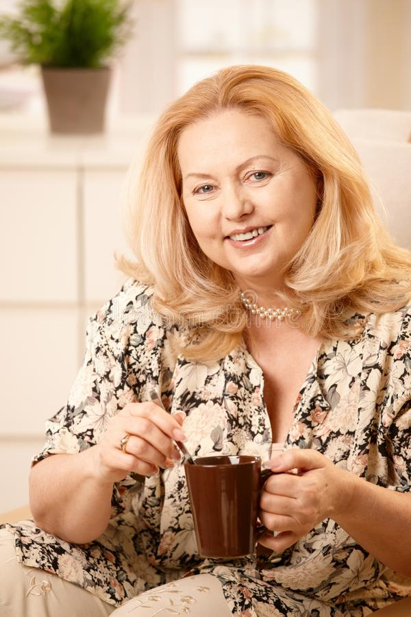 Hogere vrouw het drinken koffie royalty-vrije stock foto's