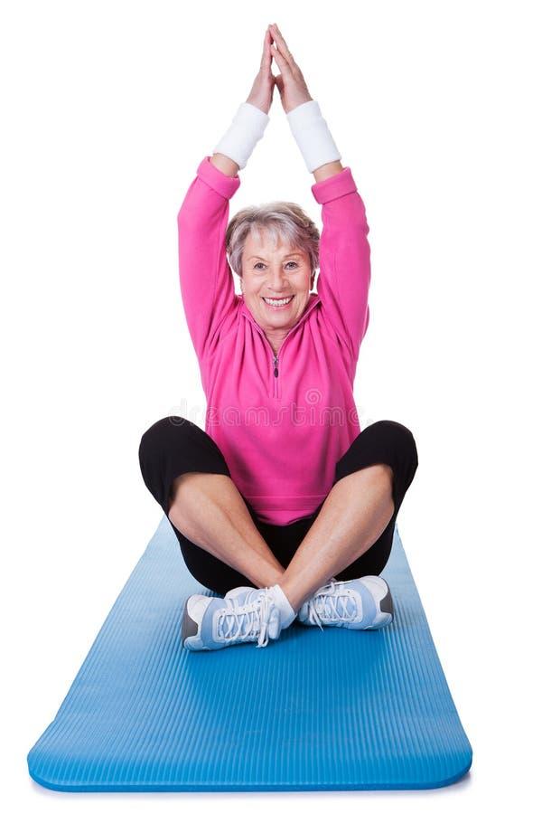 Hogere vrouw het praktizeren yoga royalty-vrije stock foto's