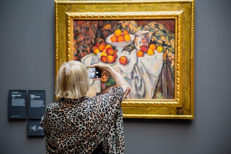 Hogere vrouw in kunstmuseum Orsay, Parijs royalty-vrije stock afbeeldingen