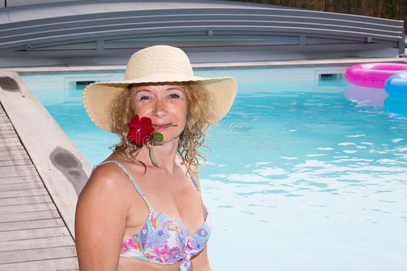 Hogere vrouw in kuuroordhotel het ontspannen in de pool royalty-vrije stock fotografie