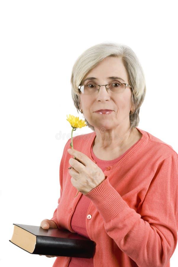 Hogere vrouw met bijbel stock foto's