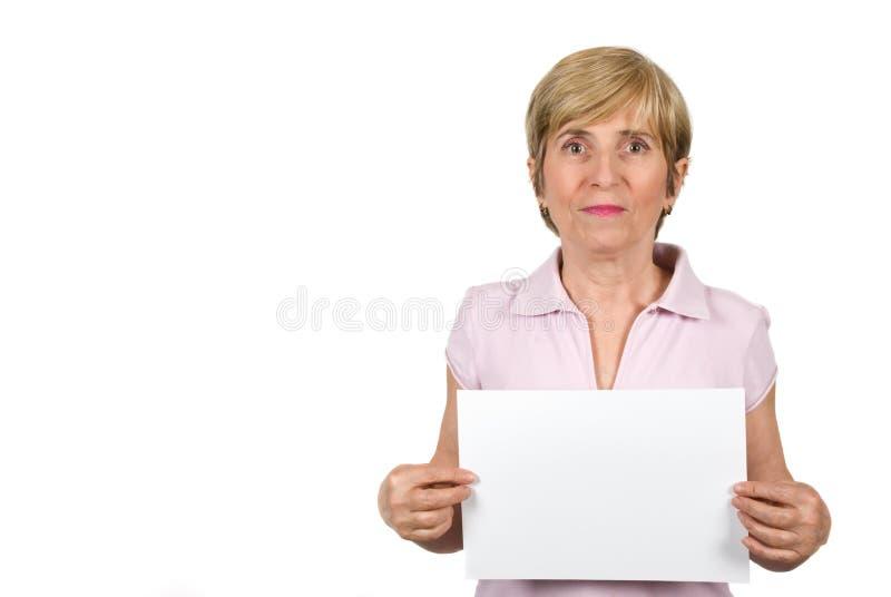 Hogere vrouw met blanco pagina royalty-vrije stock foto
